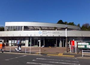 開業から9年経った今も美しさを保つ日吉本町駅は、商店街の中心部から少し外れている