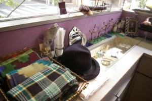 日吉中央通りを穏やか眺めるア・キャトルの店内には、澤井さんが厳選した輸入品や日本製の装飾品が並ぶ