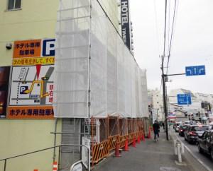 2月22日の旧パチンコ店「FESTA(フェスタ)綱島店」跡地の様子、右側は綱島街道