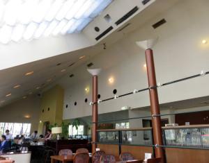 店内は天井が高く、開放感がある