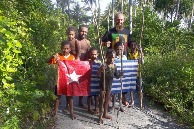 Pozharnik together with Papuans and the Morning Star flag