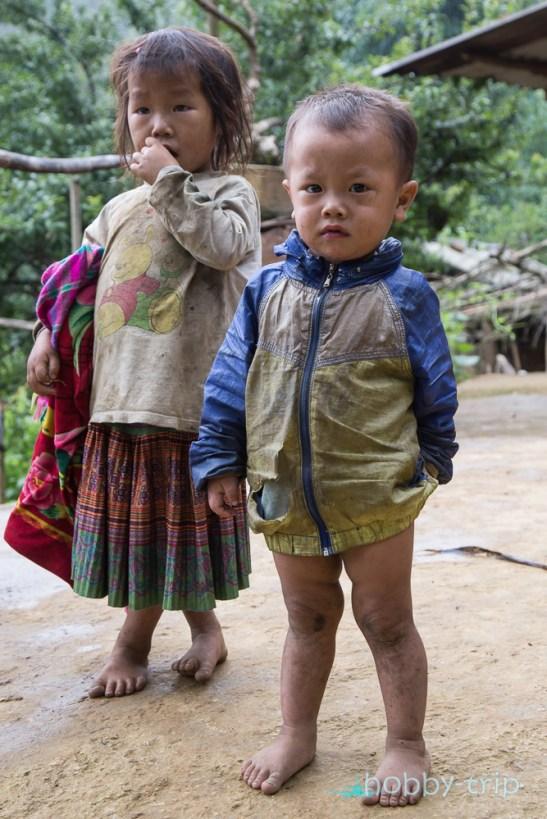 Дечица пред къща в SAPA