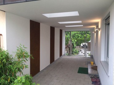 Eingangsbereich mit Rostoptik und sehr feinem Strukturputz