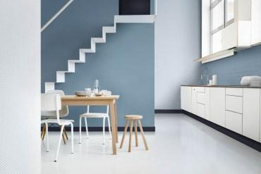 Farbe des Jahres 2017 - offener Küchenbereich mit blauer Wand gestrichen