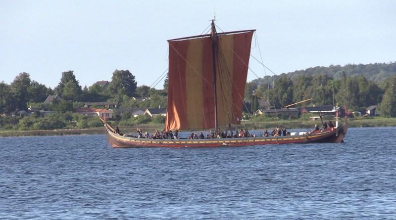 Havhingsten anløber Holbæk Havn i anledning af Kongens Togt