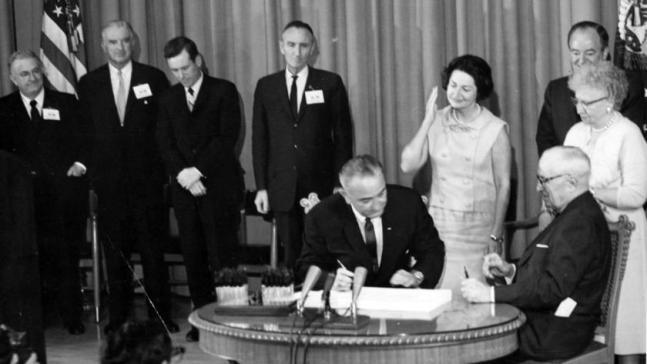 President_Lyndon_B._Johnson_signs_Medicare_Bill_at_the_Harry_S._Truman_Library,_1965