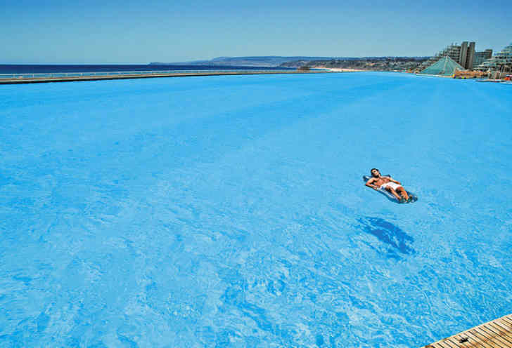 世界一大きいプールはチリの海岸線に沿っている。