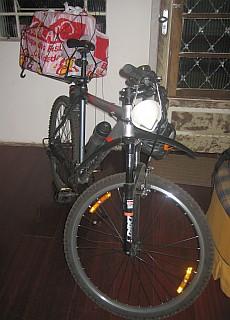 Bicicleta com bagageiro cheio de caixas
