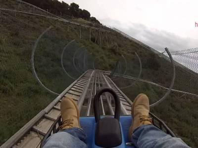 A toda velocidad montaña abajo en un bobsleigh