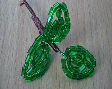 Веточка с листьями из стекляруса