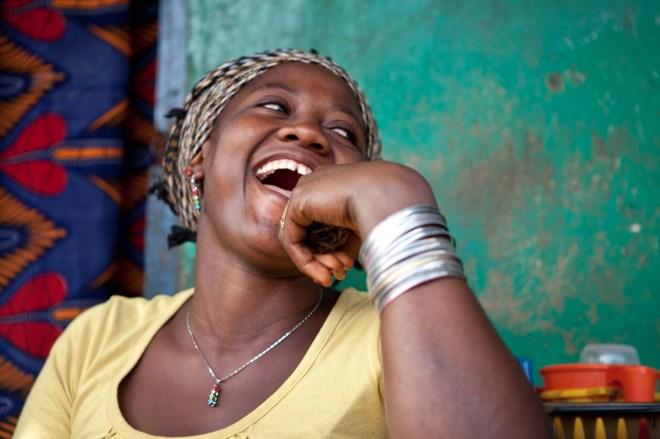 Asta Mumunu, à Kénéma (Sierra-Leone). Sa soeur est atteinte du SIDA, mais grâce au soutien de la Banque Africaine de Développement qui lui permet de bénficier de tritérapie,  et aussi à la formidable énergie de cette communauté de femmes qui l'entourent, elle vit.