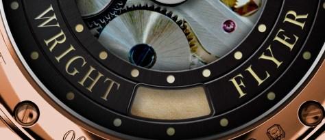 Detalle de la tela del avión Wright en el reverso del reloj