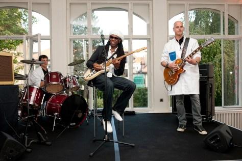 Nile Rodgers en Girard-Perregaux tocando con relojeros de la casa