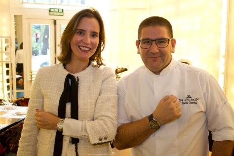 Lara Bartolomé, Brand Manager de Blancpain España, junto al cocinero