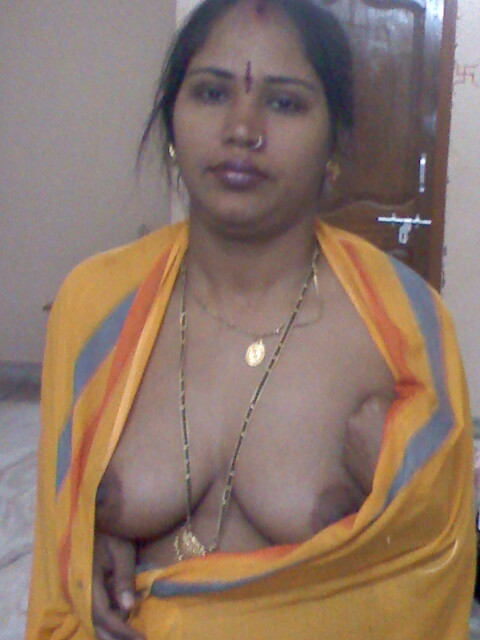 ass hot aunty in saree