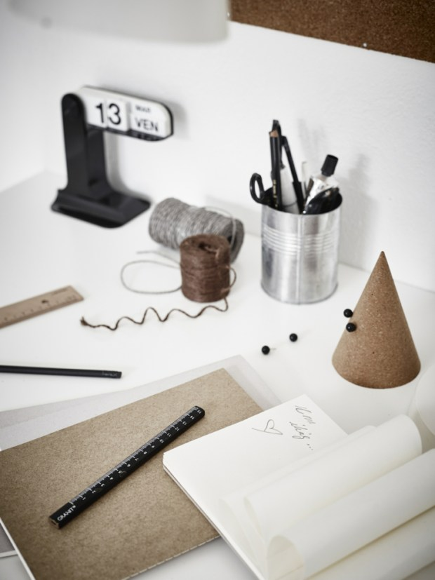 workspace-details-monochrome-cardboard-cork
