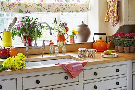 kitchen sink in front of window with fl blind country homes and interiors housetohome.co.uk