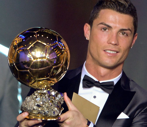 TOPSHOTS Real Madrid's Portuguese forward Cristiano Ronaldo poses with the 2013 FIFA Ballon d'Or award for player of the year during the FIFA Ballon d'Or award ceremony at the Kongresshaus in Zurich on January 13, 2014.  AFP PHOTO / FABRICE COFFRINI