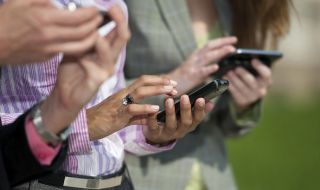 people-holding-cellphones-2_690x450_crop_80