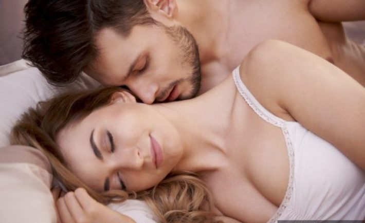 guy-smell-lady-couple-in-bed