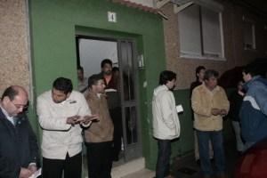 Ambiente que se respiraba durante la primera noche de la desaparición de Mari Luz en el portal de su bloque. (José Carlos Sánchez).