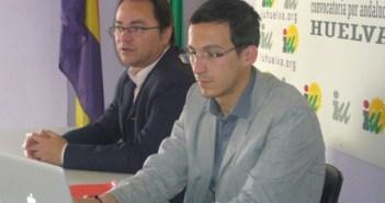 Juan Félix Camacho -derecha-, portavoz de IU en el Ayuntamiento de Bollullos.