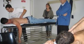 Imagen de archivo en la que un fisioterapeuta atiende a un costalero.