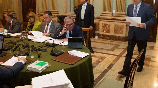 El alcalde entra al salón de Plenos (Fotos: Julián Pérez)