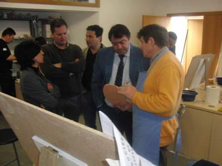 El delegado de Empleo en la visita a unos talleres.