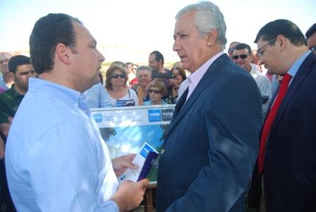 El candidato del PP en Aljaraque con Arenas.