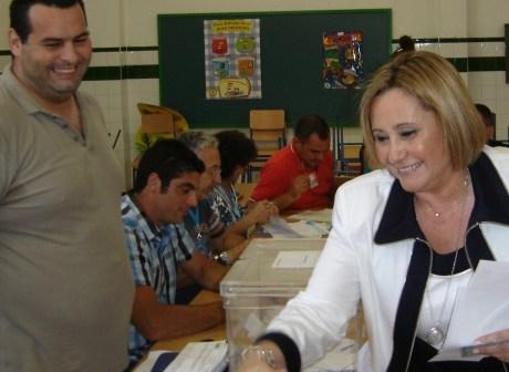 La socialista María Luisa Faneca vota en Isla Cristina.