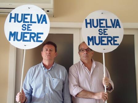 Los dos trabajadores con las pancartas de 'Huelva se muere'.