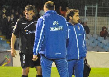 Juan Villar es atendido por los médicos en un partido.
