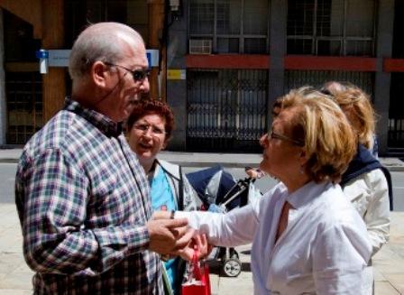 Petronila Guerrero saluda a la Moni de Huelva en el mercado del Carmen. (Foto: Julián Pérez)