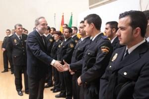 El subdelegado saluda a agentes de la Policía.