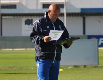 Carlos Ríos mira unos papales durante un entreno.