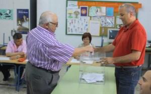 Un elector vota en Riotinto. (J. C.)