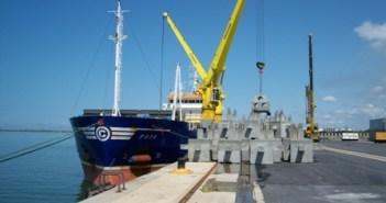 Carga de arrecifes artificiales en el Puerto de Huelva.