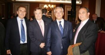 El delegado de Ausbanc en Huelva, Antonio Olaya junto a tres de los ponentes; Carlos Toledo, Notario de Punta Umbría; Luis Pineda, Presidente de Ausbanc y Jesús Jiménez, Fiscal Jefe de la Audiencia Provincial de Huelva.