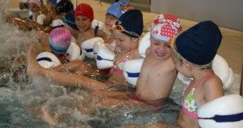 Niños en el curso de natación.