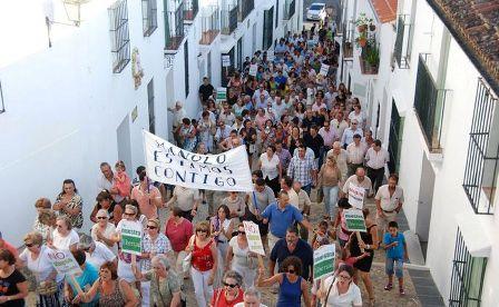 Vecinos en la manifestación en favor del alcalde de Higuera.