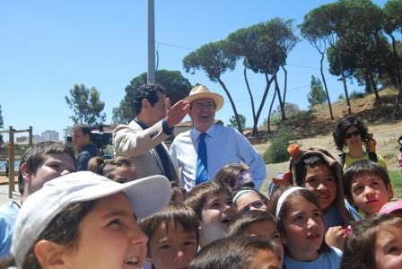 El alcalde con un grupo de escolares en una visita.