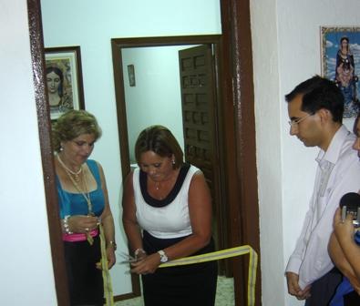 La alcaldesa y la presidenta de la Pro Hermandad en el corte de la cinta