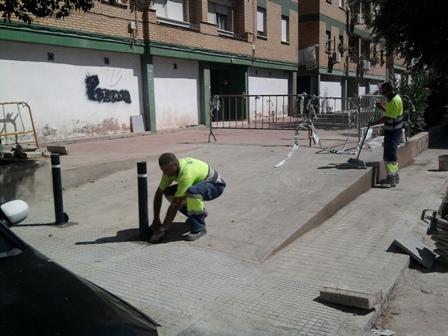 Trabajadores en la rampa de la calle Vila Real.
