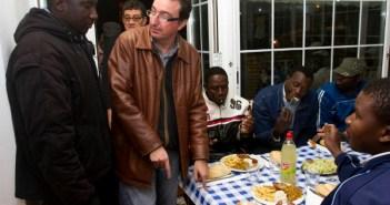 El alcalde de Lepe atiende a inmigrantes durante la cena de Navidad. (Julián Pérez)