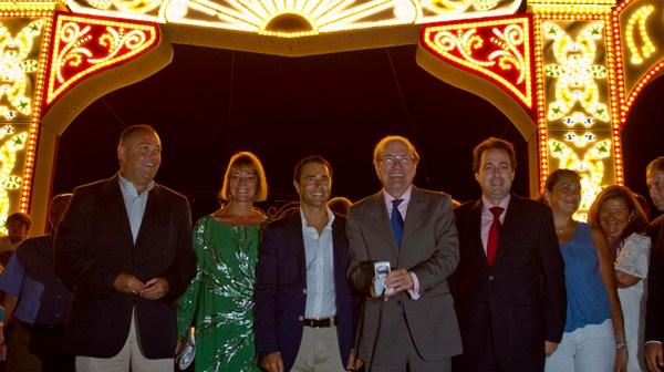 El alcalde de Huelva, acompañado de varios concejales, pulsa el botón de encendido del alumbrado. (Julián Pérez).