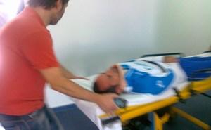 El técnico Álvaro Cervera trasladado con un collarín desde la Ciudad Deportiva. (recreativohuelva.com)