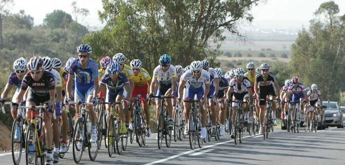 El pelotón en carretera durante el Circuito Ciclista Fiesta de la Vendimia.