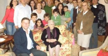 El alcalde de Palos junto a la anciana y sus familiares.