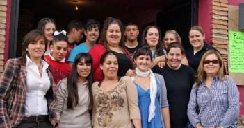 La concejala de Educacion y la concejala de Festejos con las integrantes de la comparsa femenina